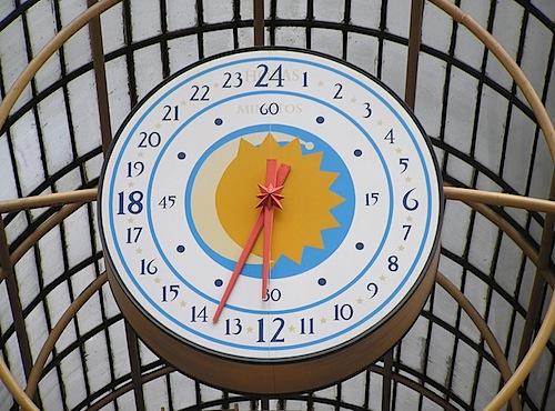 800px-24_hour_analog_clock_rua_24_horas_curitiba_brasil.jpg