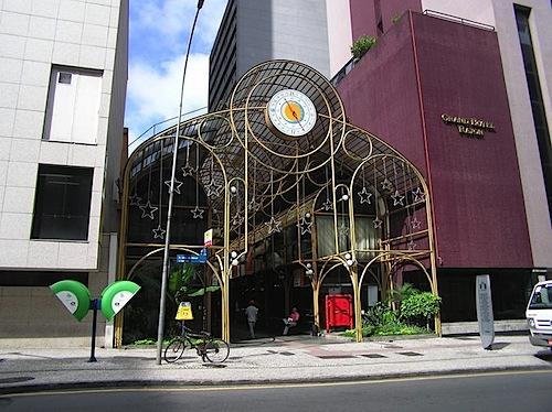 800px-Rua_24_horas_4_Curitiba_Basil.jpg